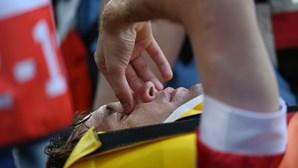 Defesa russo Mário Fernandes levado para o hospital após forte queda durante jogo do Euro 2020