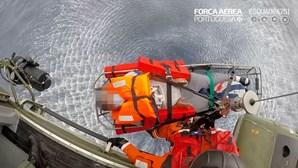 Força Aérea resgata homem de 35 anos de navio