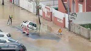 Carro fica submerso com rebentamento de conduta na Costa da Caparica