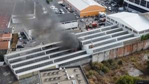 Incêndio consome armazém de madeiras nos Olivais em Lisboa. Veja as imagens