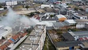 Incêndio consome armazém de madeiras nos Olivais em Lisboa