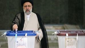 Clérigo Ebrahim Raisi vence eleições no Irão com quase 18 milhões de votos