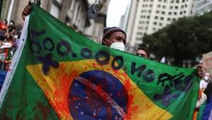 """Protesto contra Bolsonaro junta uma centena de pessoas em Lisboa a gritar """"Fora, genocida"""""""