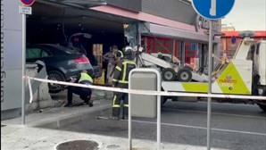 Carro descontrolado entra em loja de posto de combustíveis em Lisboa. Um passageiro fugiu e o outro está ferido