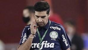 Abel Ferreira perde jogador por seis minutos devido a um piercing