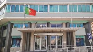 Bandeira portuguesa hasteada ao contrário na entrada principal do Ministério do Trabalho
