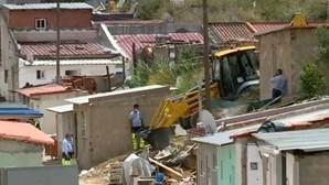 Câmara de Loures diz que barracas demolidas em bairro precário não estavam habitadas. Moradores protestam