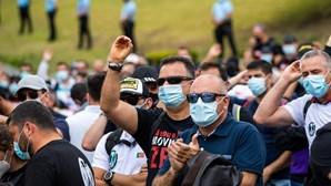 Manifestantes das Forças de Segurança pedem demissão do ministro Eduardo Cabrita à porta da Assembleia