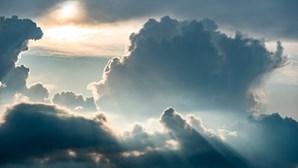 Segundo dia de verão com céu nublado e chuva no Norte