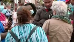 Moradores de barracas demolidas em Loures protestam em frente à Câmara Municipal