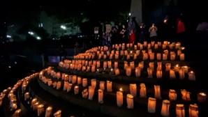 Brasileiros acendem 500 velas para homenagear 500 mil mortos com Covid-19