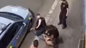 Homem morre durante detenção violenta em caso comparado ao homicídio de George Floyd