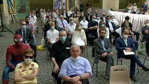 'Homem-Aranha' assiste a audiência com o Papa Francisco no Vaticano
