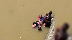Homem a afogar-se resgatado por migrantes em Bilbau