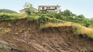 """""""Vimos as árvores a desaparecerem"""": Aluimento de terras provoca cratera em Arcos de Valdevez"""