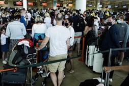 Centenas de britânicos invadem aeroporto de Faro