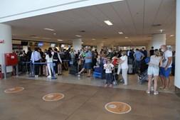 Filas de passageiros no aeroporto de Faro