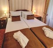 Grand Margaret Island é um hotel de quatro estrelas com vários luxos. Todos os quartos foram remodelados e oferecem uma vista privilegiada para o rio Danúbio
