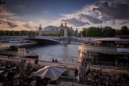 Pandemia esquecida no regresso dos parisienses à vida noturna