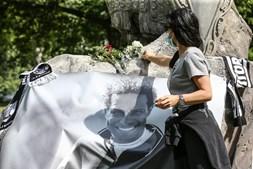 Centenas de adeptos prestam homenagem a Neno no memorial ao antigo jogador