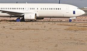 O avião, ainda com a antiga matrícula, estacionado no deserto