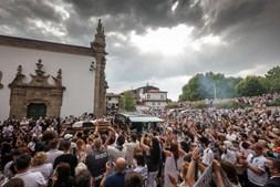Lágrimas e emoção: Centenas de pessoas em Guimarães para o último adeus a Neno