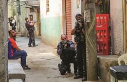 Polícia tem desenvolvido diversas ações dentro das favelas do Rio de Janeiro, um 'mundo' com regras próprias dominado por criminosos e foras da lei