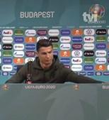 Cristiano Ronaldo desvia garrafas de refrigerantes antes da conferência