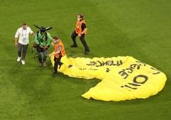 Ativista da Greenpeace cai no relvado antes do início do França-Alemanha no Euro2020