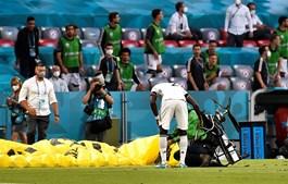 Paraquedista aterrou no campo do Football Arena de Munique e acabou por ferir várias pessoas