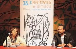 Inês de Medeiros, presidente da Câmara de Almada, e Rodrigo Francisco, diretor artístico, divulgaram programa do evento