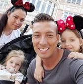 Marco com a mulher, Daniela, e as duas filhas do casal