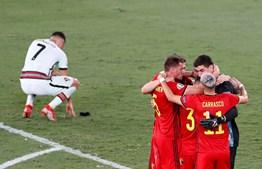Cristiano Ronaldo atirou a braçadeira de capitão ao relvado