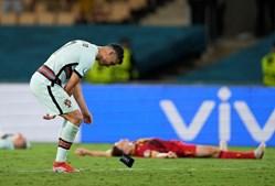 Cristiano Ronaldo atira braçadeira ao relvado