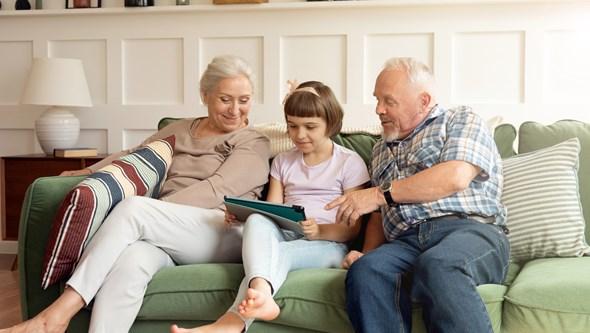 Uso regular de aparelhos auditivos pode melhorar a concentração, a memória e a comunicação