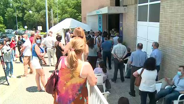 Centenas de pessoas esperam mais de uma hora para receber vacina contra a Covid-19 na Maia