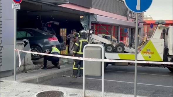 Carro descontrolado entra em loja de posto de combustíveis em Lisboa
