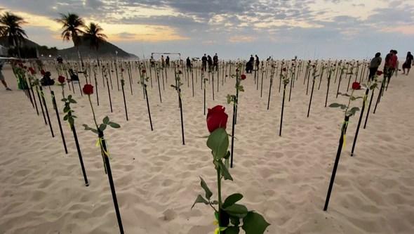 Praia de Copacabana enche-se de rosas para recordar os 500 mil mortos com Covid-19 no Brasil