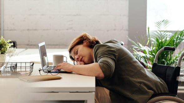 Costuma acordar a meio da noite? Isto é o que deve fazer