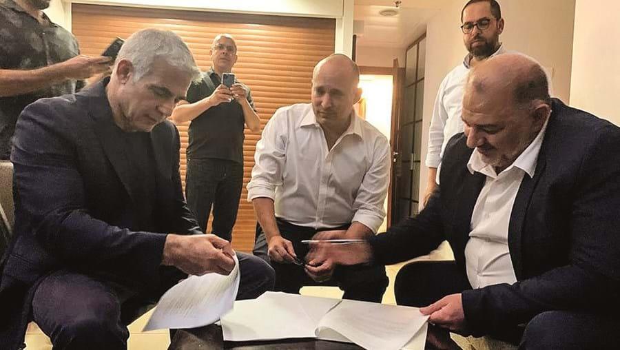 Yair Lapid (à esquerda), Naftali Bennett (centro) e Mansour Abbas (direita) assinaram acordo de coligação histórico
