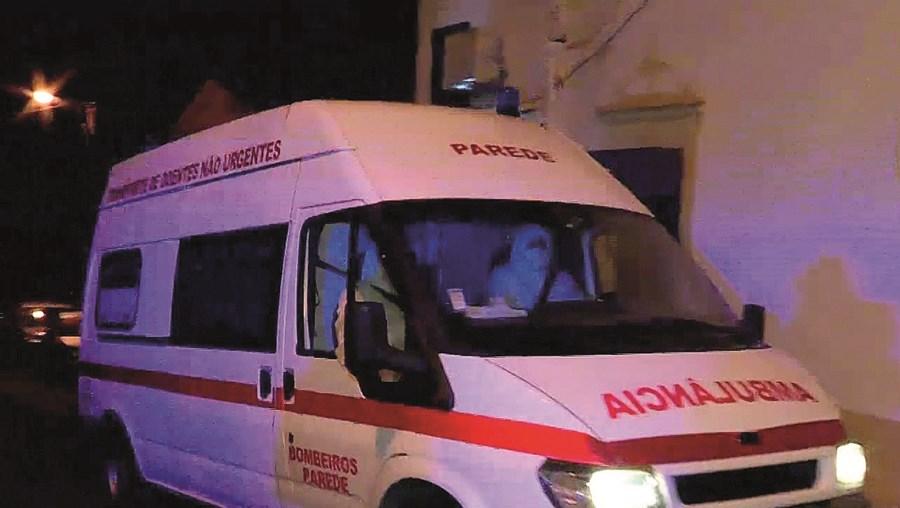 Bombeiros retiraram o cadáver para a morgue de Cascais, onde deverá ser submetido a autópsia nos próximas dias