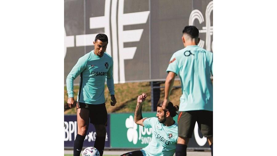 Cristiano Ronaldo e Sérgio Oliveira no treino de quinta-feira