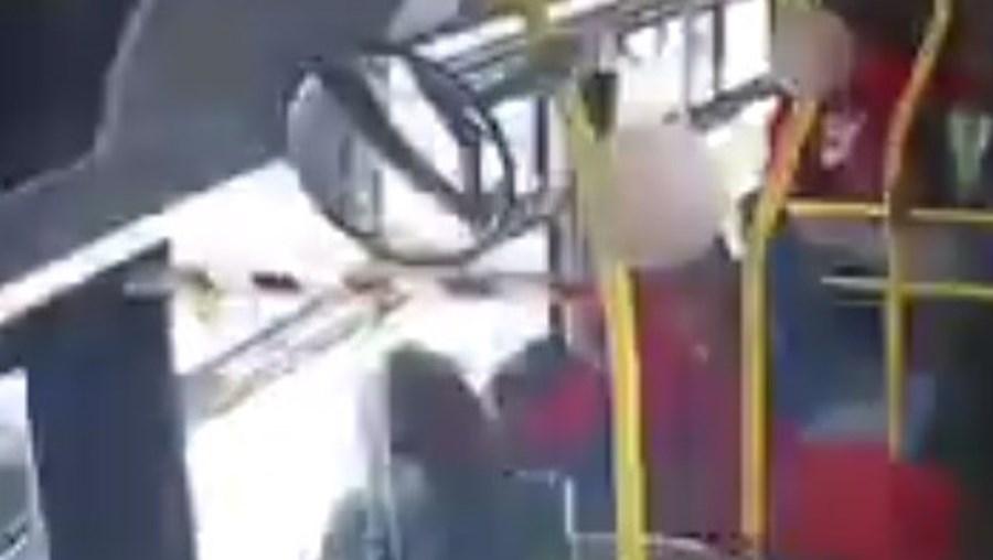 Adolescente pega fogo a cabelo de mulher em pleno autocarro