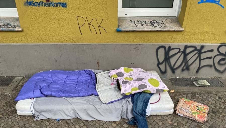 Mulher sem-abrigo morre sem saber da fortuna que nunca herdou