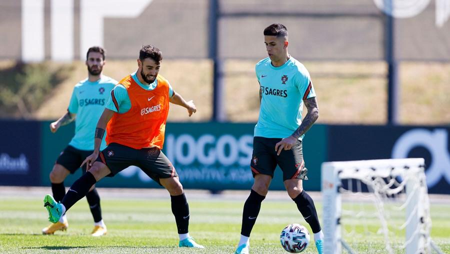 Bruno Fernandes (ao centro, do Man. United) e João Cancelo (à dir., do Man. City) jogam no 2º e 1º classificados da Liga inglesa, respetivamente