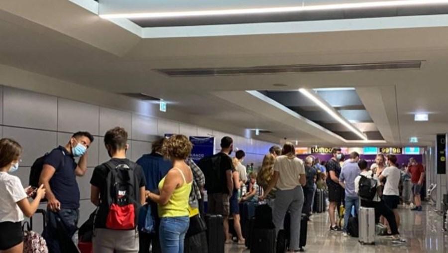Centenas de britânicos enchem aeroportos para deixar Portugal e evitar quarentena