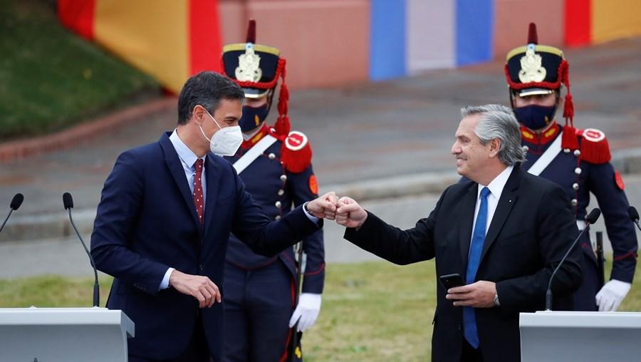 Alberto Fernández (à direita) com o PM espanhol, Pedro Sánchez