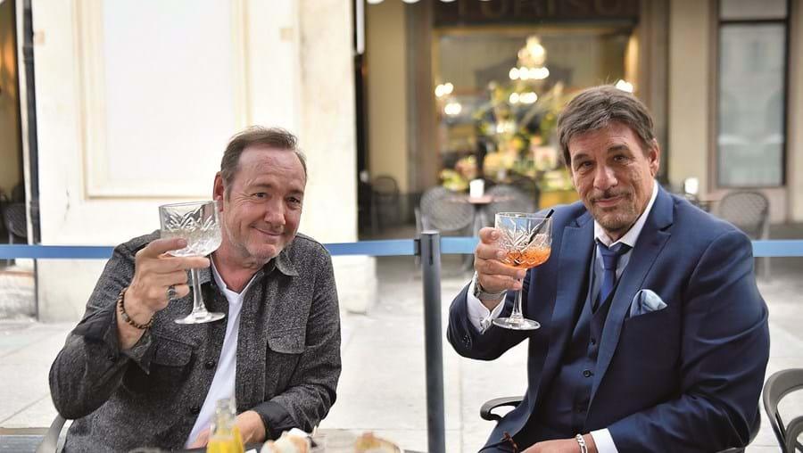 Kevin Spacey, em Turim, onde está a gravar o seu novo filme, 'L'uomo Che Disegnò Dio', com o ator Robert Davi