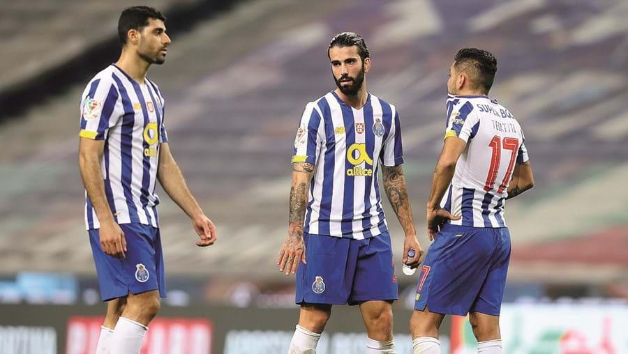 Sérgio Oliveira e Corona (na imagem com Taremi, à esquerda) podem estar de saída do FC Porto