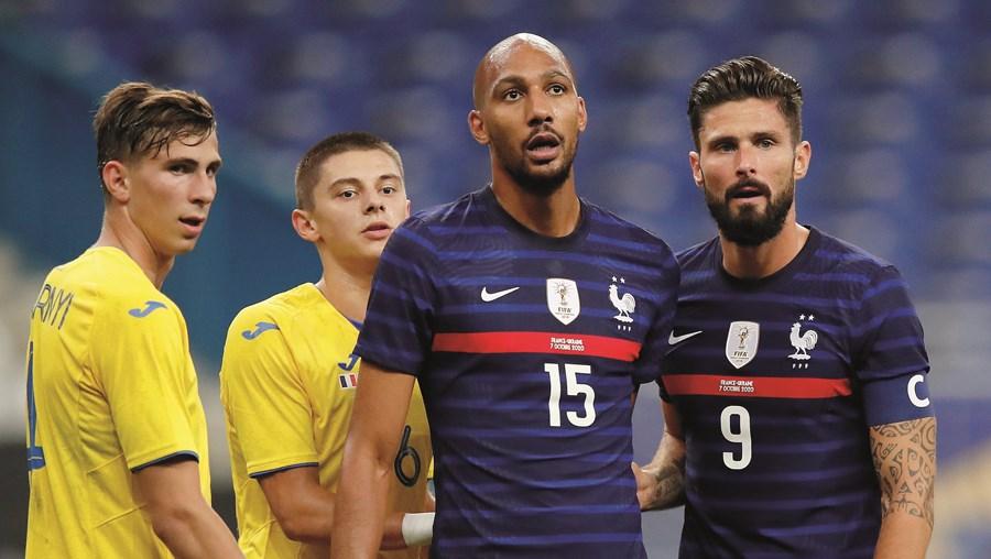 Nzonzi (ao centro) é internacional francês e foi campeão do Mundo em 2018 (aqui ao lado de Giroud)